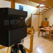 Image d'une caméra Matterport dans le magasin plum'art à Oulens-sous-Echallens pour 3D Swiss View, spécialiste de la visite virtuelle en Suisse